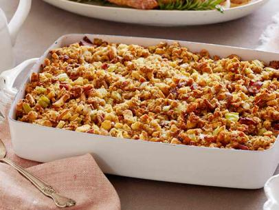 Cornbread Stuffing - A Complete Thanksgiving Menu | casadecrews.com