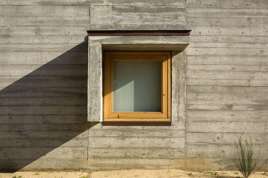 Casa in cemento grezzo e legno