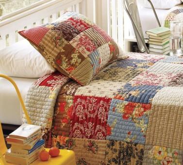 Per realizzare una borsa in tessuto decorata con patchwork occorrono due pezzi di stoffa trapuntata 50×50 a tinta unita e 9 quadrati di stoffa di fantasia diversa di misura 14×14. Trapunta Patchwork