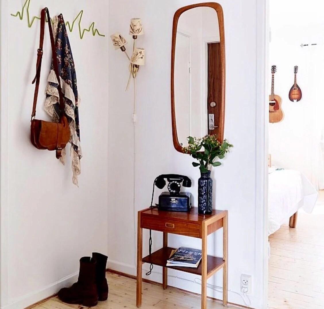 Per rendere più ampi gli spazi dal punto di vista visivo potrai installare uno specchio di grandi dimensioni che donerà profondità al tuo ingresso. 10 Migliori Idee Per Un Ingresso Piccolo