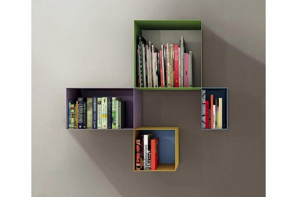 Come decorare una parete vuota con cornici e librerie