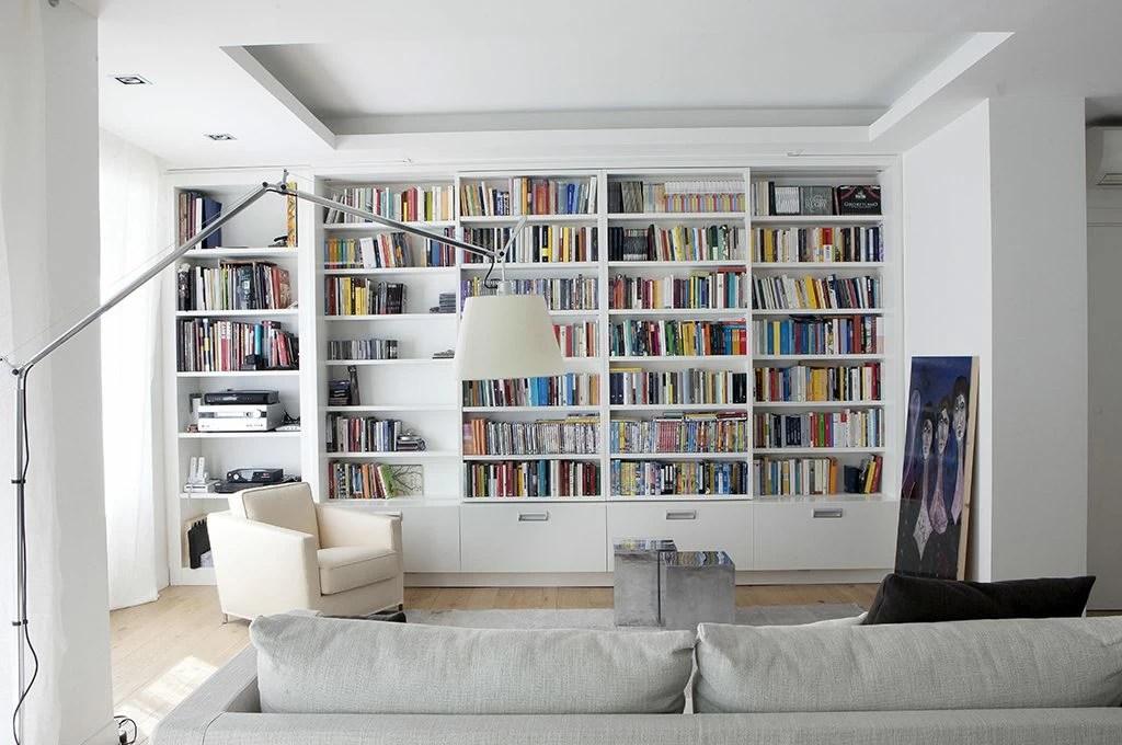 A casa di Neri Marcor tanto bianco e soluzioni apri