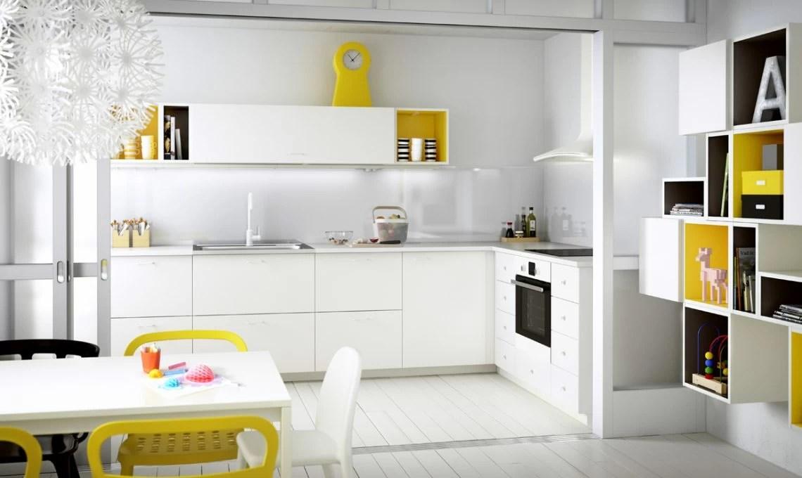Una cucina semplice in bianco e giallo  CASAfacile