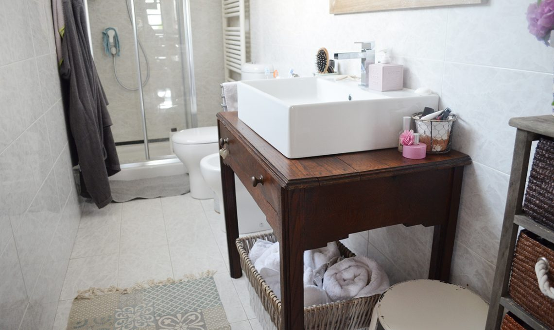 Come ricavare un mobile per il bagno da un vecchio tavolino  CASAfacile