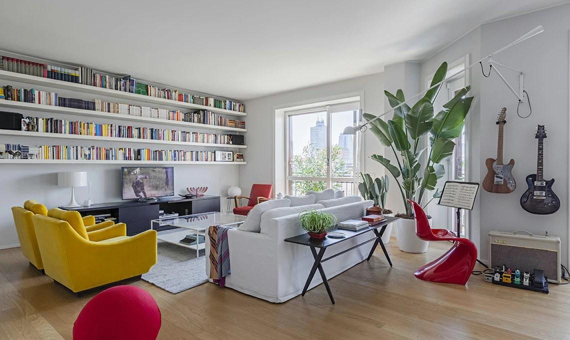 Un appartamento moderno arredato con mobili di famiglia e