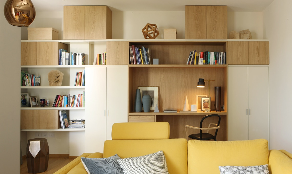 Una grande parete attrezzata la libreria si trasforma in