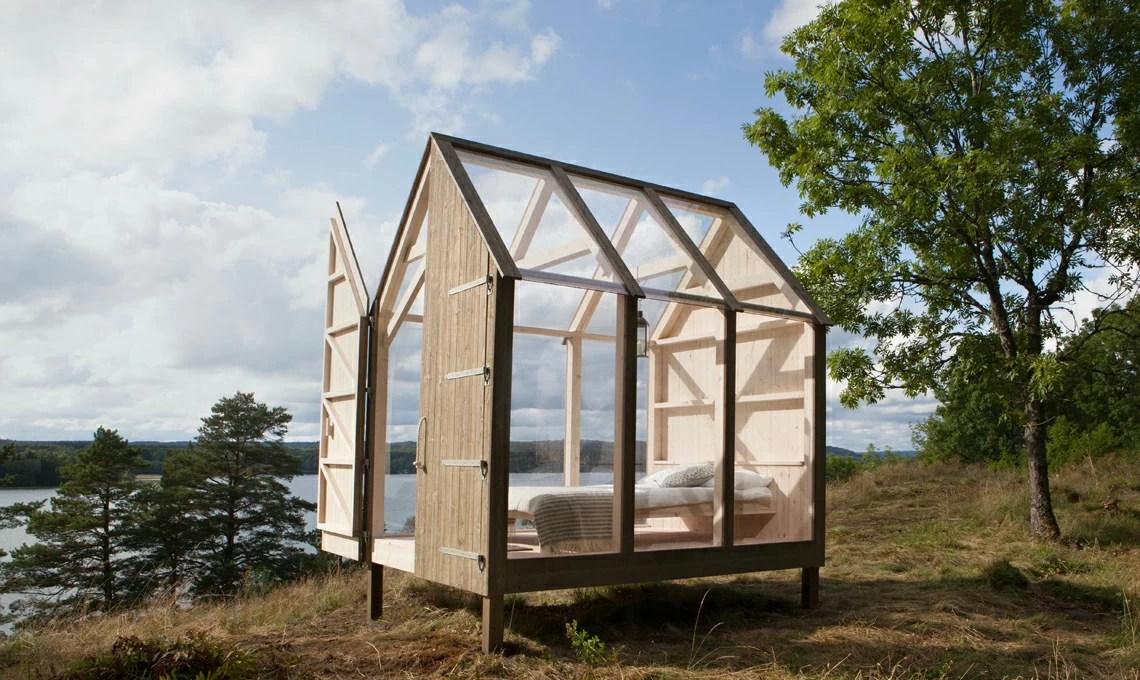 Una capanna di vetro e legno immersa nella natura svedese