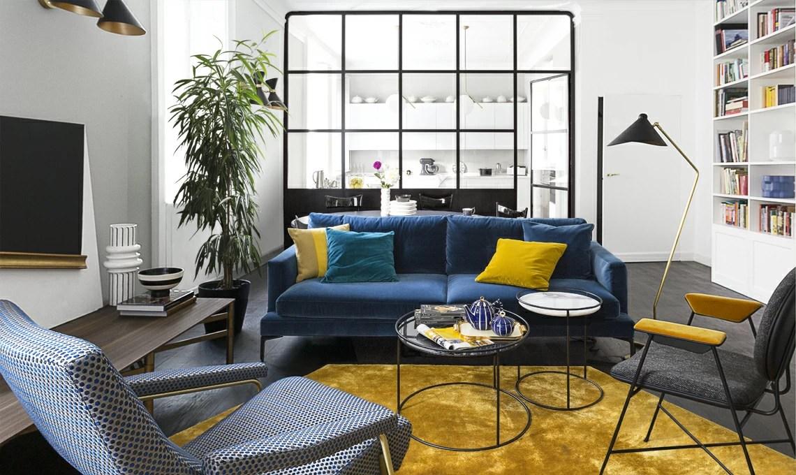 La parete vetrata divide cucina e soggiorno in una casa d