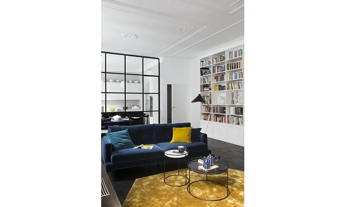 Un appartamento depoca con parete vetrata che divide