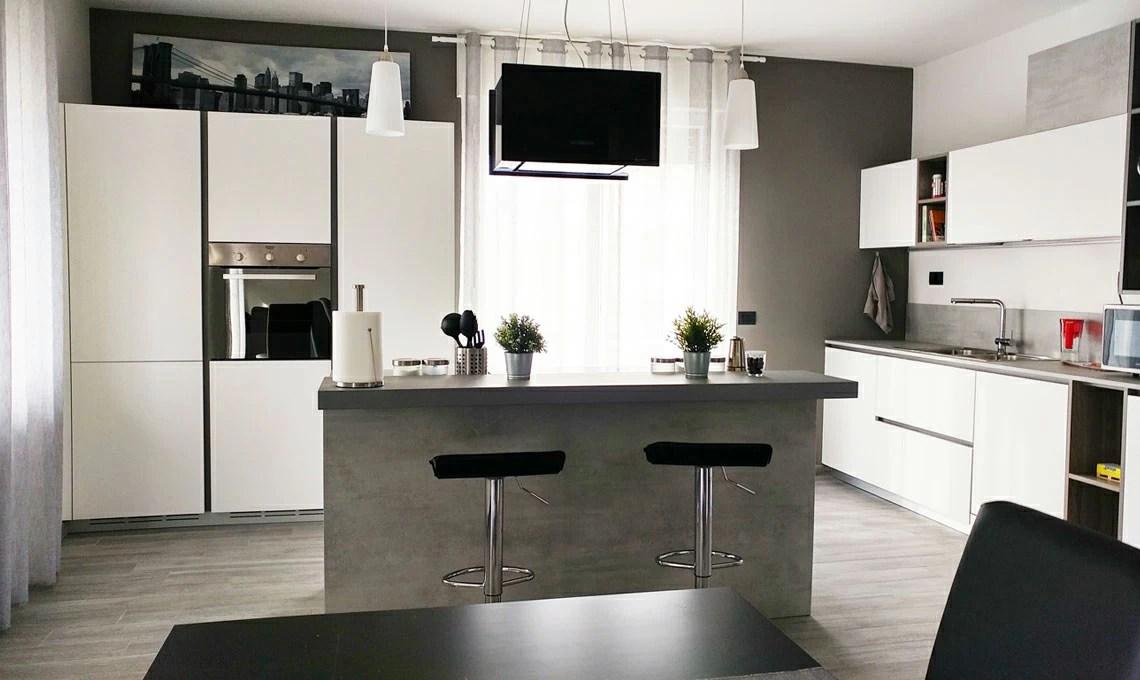 Ristrutturare un grande soggiorno con cucina a vista in