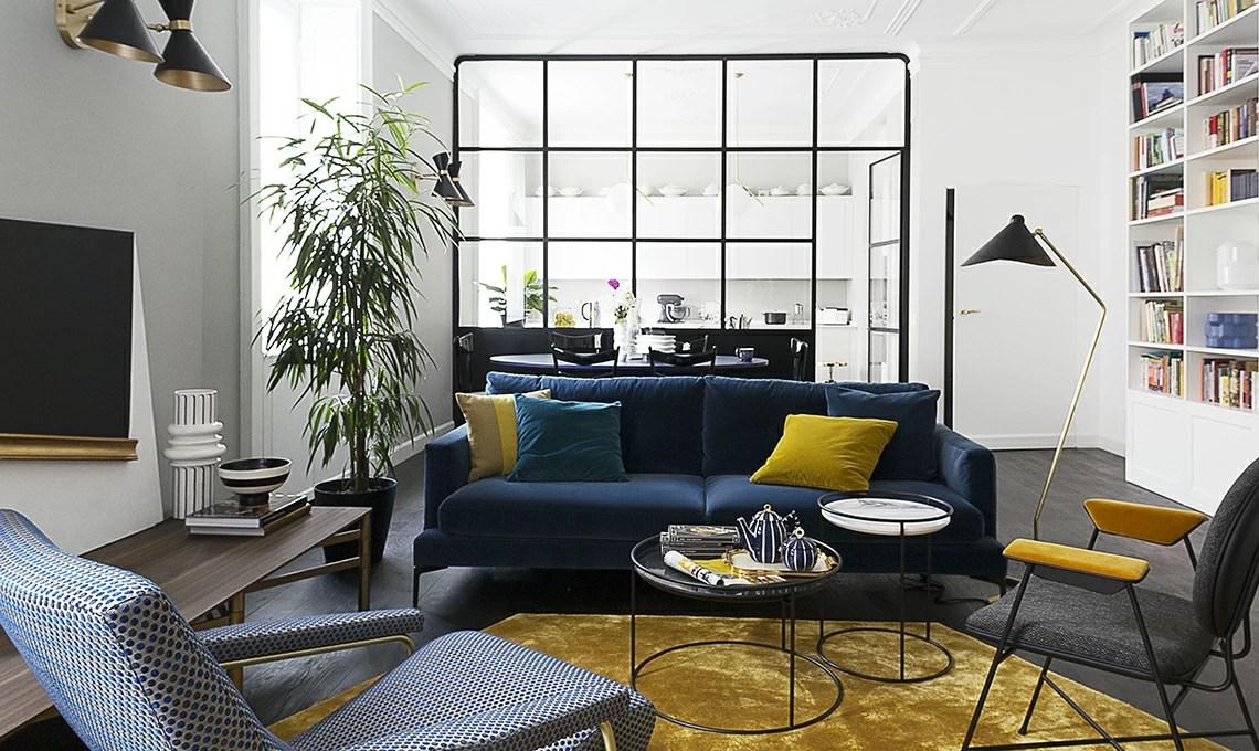 Un appartamento depoca con parete vetrata che divide soggiorno e cucina  CASAfacile