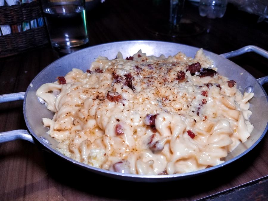 Seguindo o passeio gastronômico, experimentamos o Mac and Cheese do chef Pedro Machado (seu preferido!). Outro prato típico americano, feito com massa curta, bacon, ragú de linguiça e muito queijo. Sai por R$39,00 e é bem servido. Muito bom!