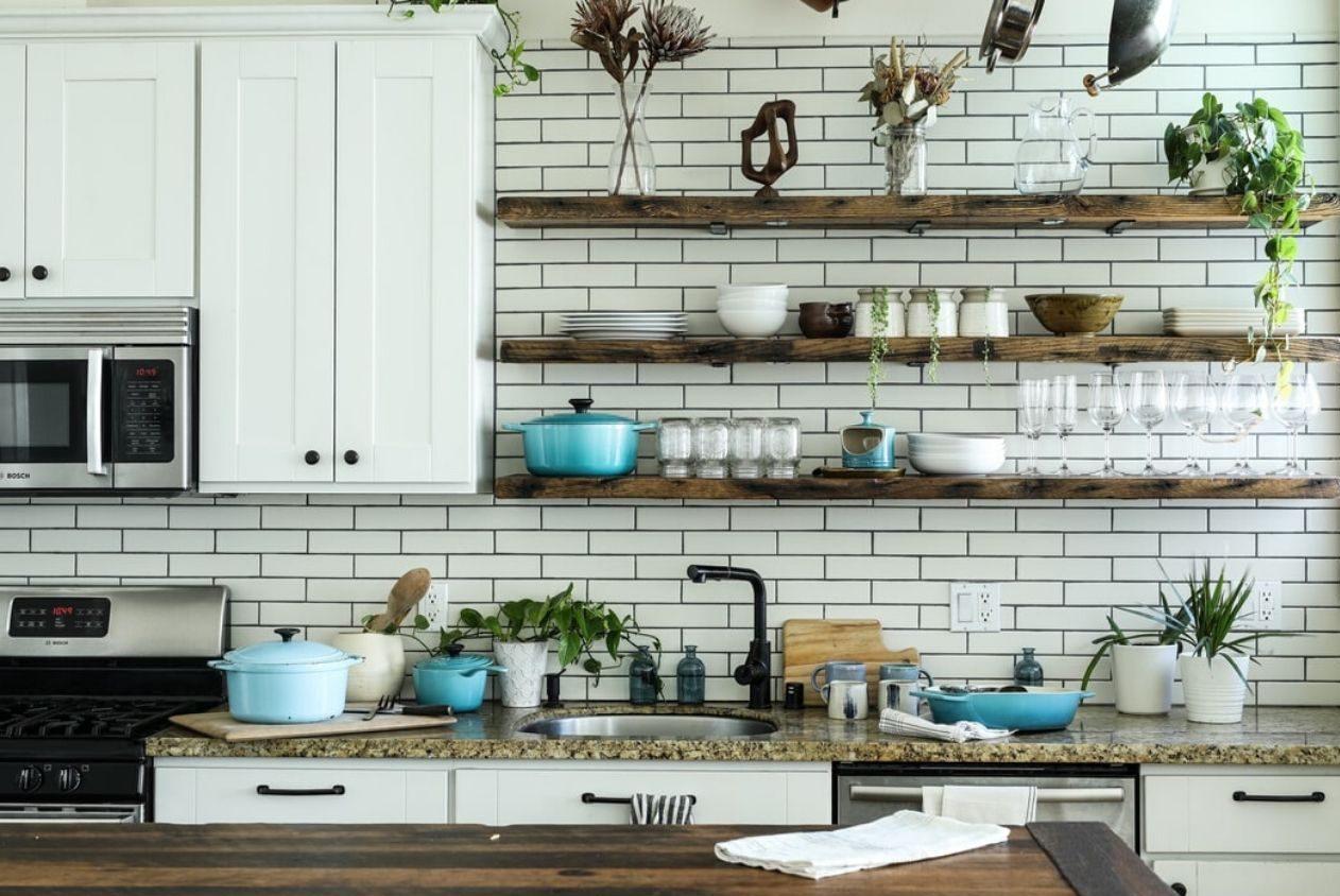 Dalle forme e dalle dimensioni più diverse, ci si può sbizzarrire anche per quanto riguarda colori e decorazioni. Come Organizzare Mensole Cucina Idee E Originalita Casa Magazine