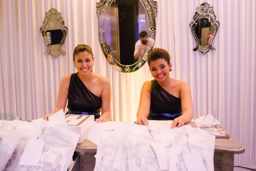 As meninas da Innova Cerimonial receberam as noivas com muito carinho e distribuiu todo o material na chegada.