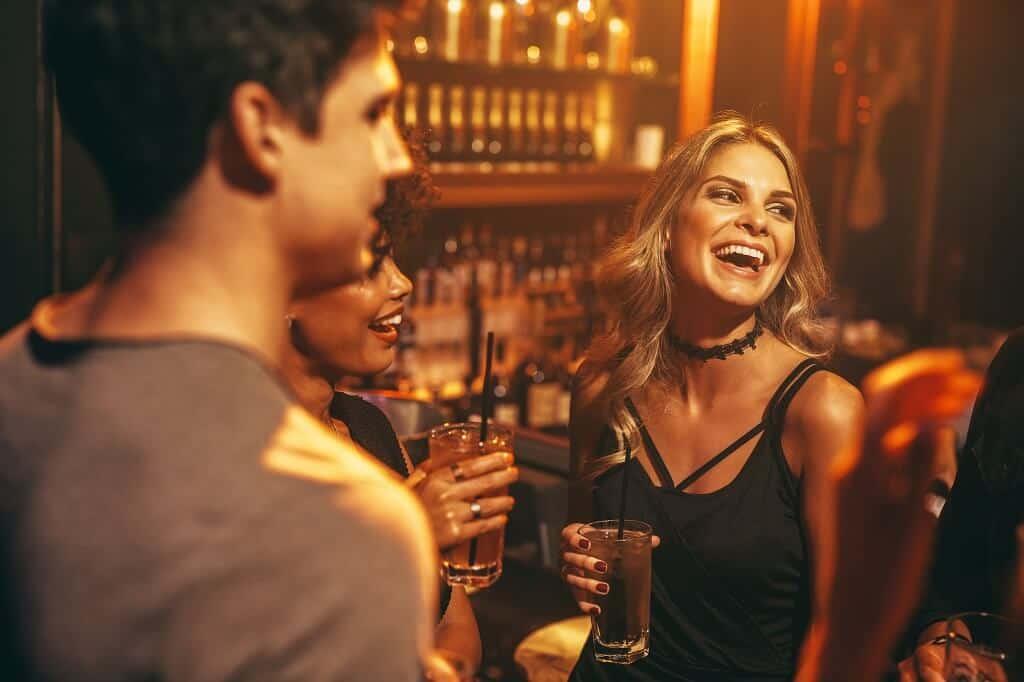 Frauen anbaggern im Club