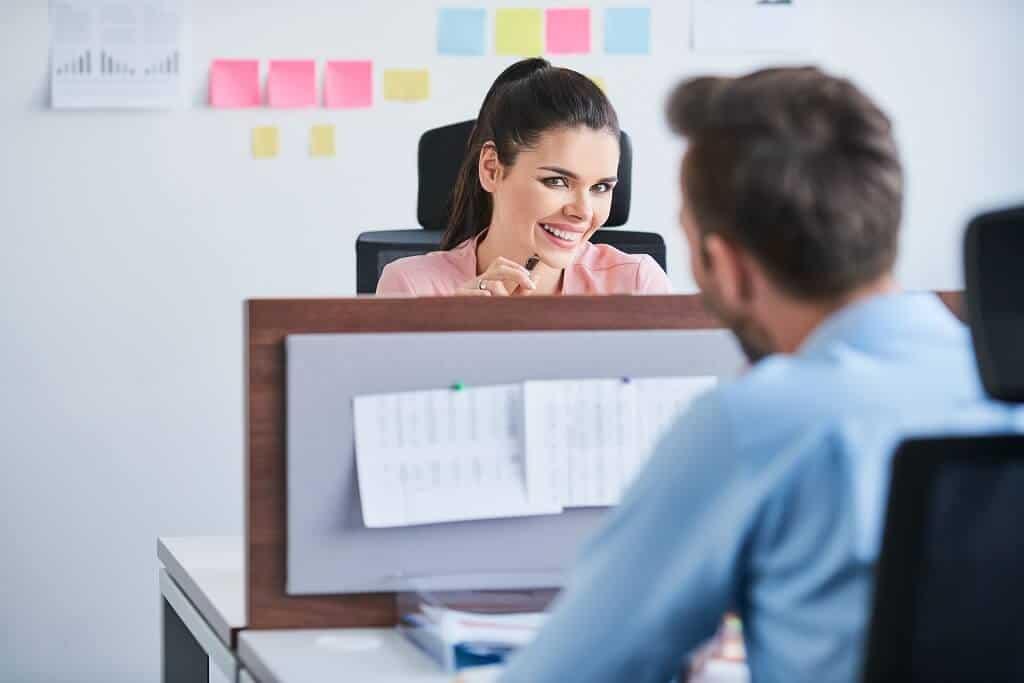 Arbeitskollegin nach einem Date fragen