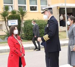 Sus Majestades los Reyes, acompañados por Sus Altezas Reales la Princesa de Asturias y la Infanta Doña Sofía, durante los saludos de bienvenida tras s