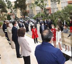 Los Reyes y sus hijas, la Princesa de Asturias y la Infanta Doña Sofía conversan con los trabajadores participantes en la construcción del Submarino S