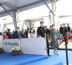 Los Reyes y sus hijas, la Princesa de Asturias y la Infanta Doña Sofía, a su llegada al muelle del astillero