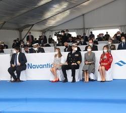 Sus Majestades los Reyes y sus hijas, Sus Altezas Reales la Princesa de Asturias y la Infanta Doña Sofía en el muelle del astillero al inicio de la ce