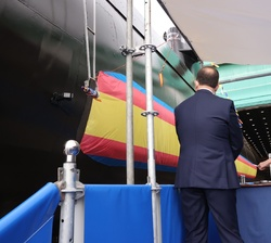 """Momento de la puesta a flote del Submarino S-81 """"Isaac Peral"""", una vez cortada la cinta por la Princesa de Asturias"""