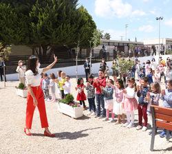 En el patio, Su Majestad la Reina recibe el saludo de los alumnos muy emocionados con su visita