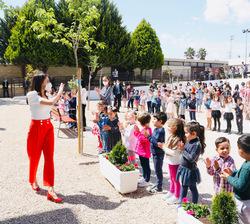 Su Majestad la Reina saluda a los alumnos congregados en el patio del centro
