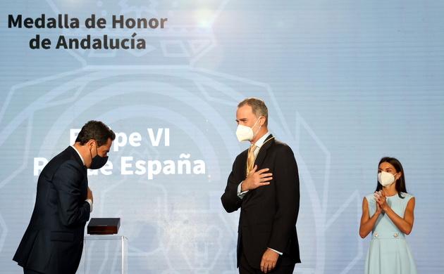 Su Majestad el Rey en presencia de Doña Letizia tras recibir de manos del presidente de la Junta de Andalucía la primera Medalla de Honor de Andalucía