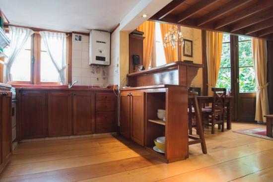 3008 Terraza con mesa y sillas de madera y dos