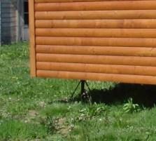 Pies de apoyo metálicos para casas de madera prefabricadas sin cimentación.