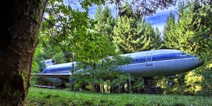 Πήρε ένα Boeing 747 και το μετέφερε στη μέση του δάσους. Θα εκπλαγείτε μόλις δείτε πως το έχει φτιάξει σήμερα!