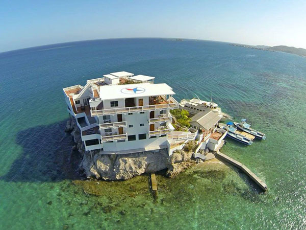 Ξενοδοχείο χτισμένο πάνω σε ένα βράχο στη θάλασσα!
