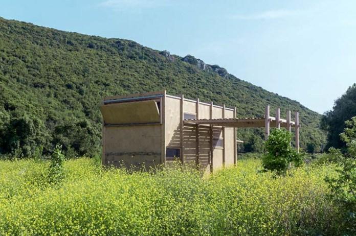Μέσα στη φύση, χωρίς ρεύμα και γείτονες: Η design «καλύβα» των SO? στα ελληνοτουρκικά σύνορα