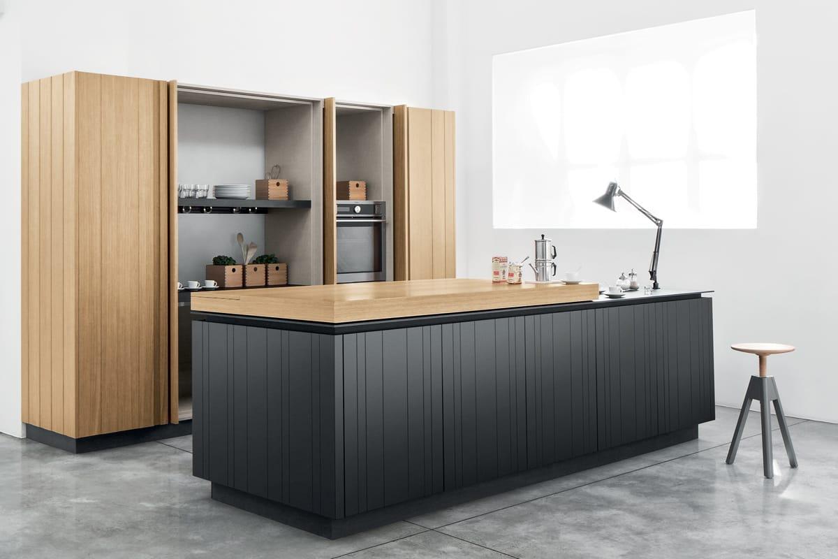 Cucina con isola e cabina armadio con ante in legno  CasaStore Salerno