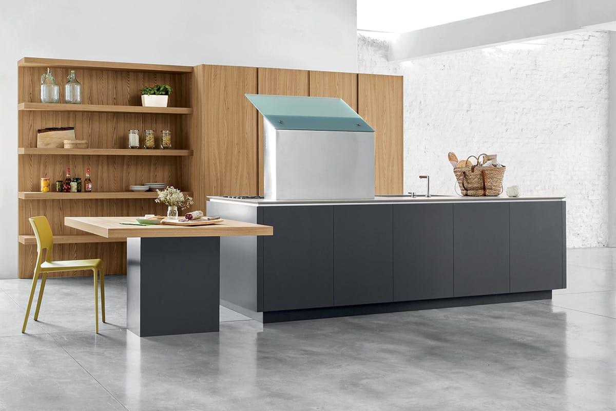 Cucina moderna con isola colonne attrezzate e boiserie
