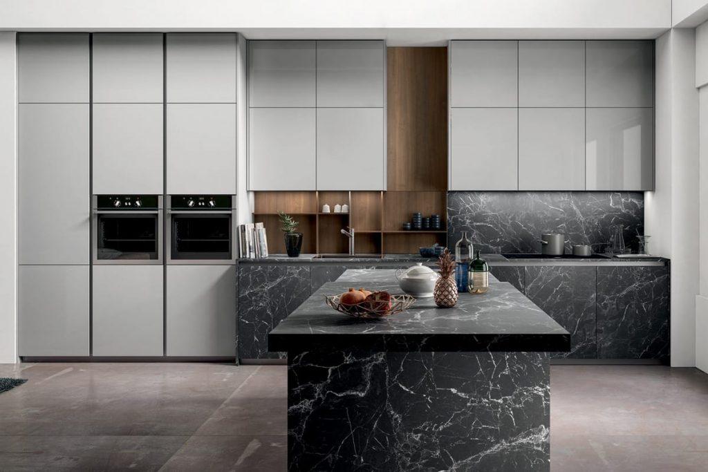 Cucina moderna con isola basi e top in pietra effetto marmo  Cucine Salerno