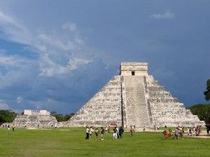 El Castillo and el Templo de los Guerreros (Temple of Warriors) behind it.