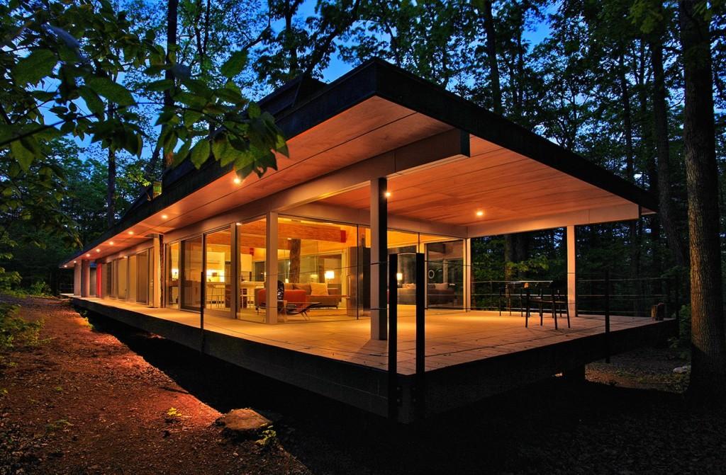 Una casa in legno e vetro dove la natura  protagonista