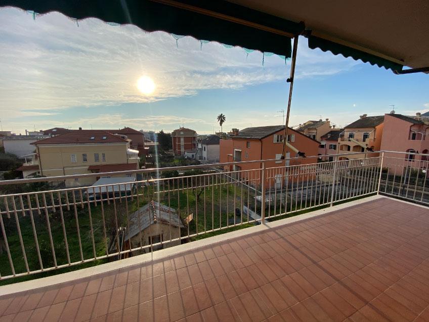 Loano trilocale con balconi