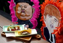 The Rocket Man Taco and the El Trumpo Taco is pictured at Lucha Loco in Singapore, June 8, 2018. Foto: Feline Lim/Reuters