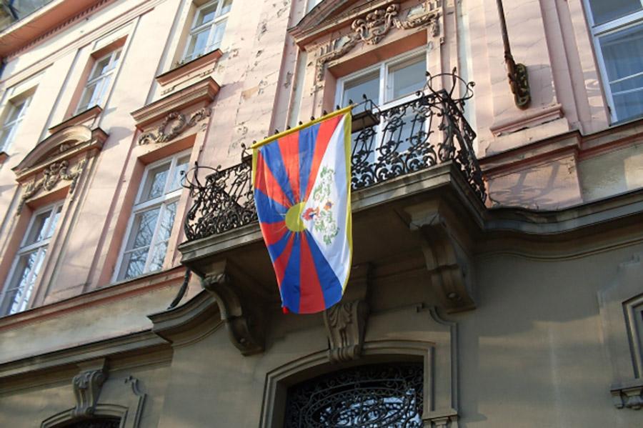 Na miestnom úrade v Starom Meste zaveje tibetská vlajka