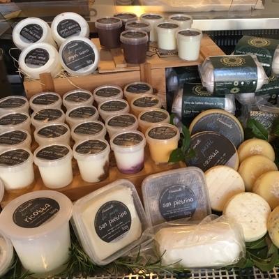 Nel nostro negozio potrete acquistare i prodotti di nostra produzione e una selezione di prodotti Toscani dilatare aziende agricole