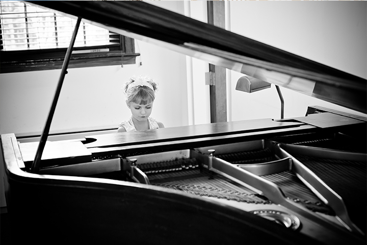 flower-girl-on-piano-bw