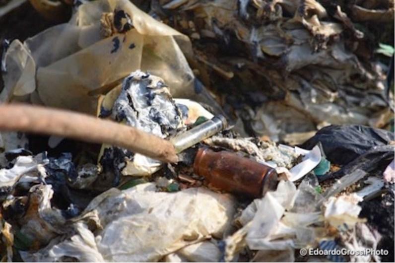 Con uno scatto ravvicinato si notano i rifiuti, molti ospedalieri, sepolti lungo il fosso del Nocione, fra Cassino e Sant'Elia Fiumerapido (Foto: Edoardo Grossi)