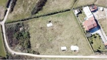 Un'immagine dal drone, ancora più in quota, dell'area su cui si trova la discarica abusiva del Nocione: tre teli, sui quattro originari, coprono le buche (Foto di Edoardo Grossi)