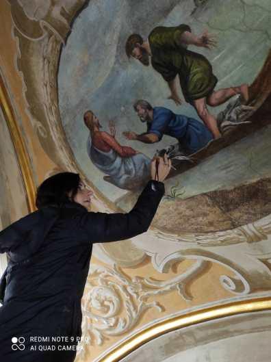 La restauratrice lavora al restauro di un affresco