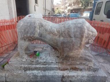 statua del leone prima del restauro