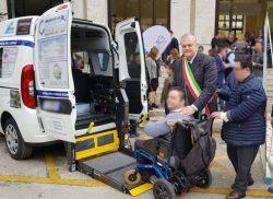 cerimonia consegna pulmino disabili