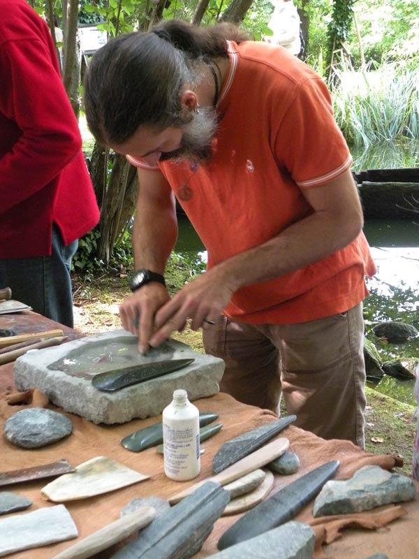 Dimostrazione di levigatura - archeologia sperimentale