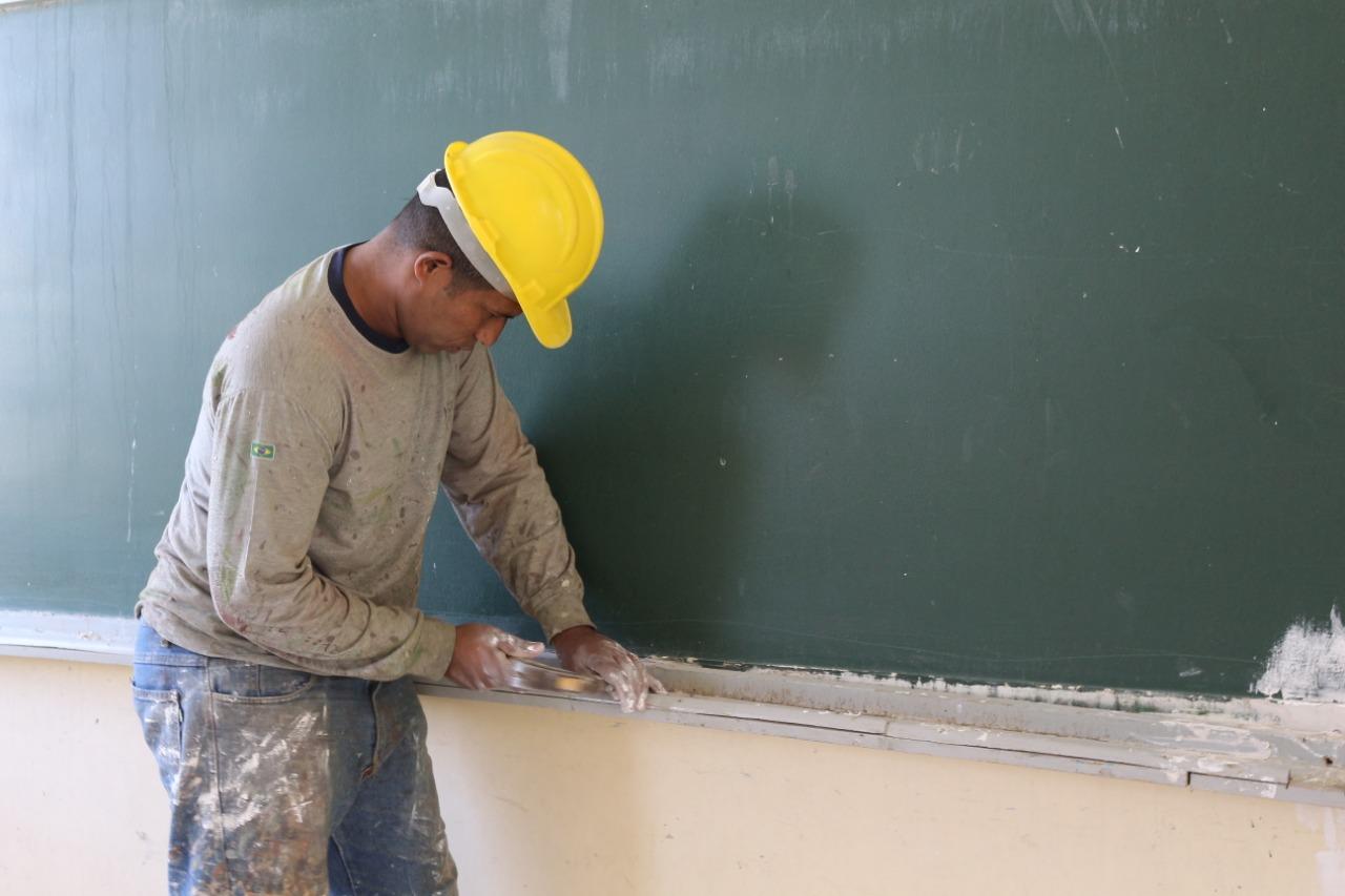 Lourival intercede por reforma na Escola Municipal Castanheira